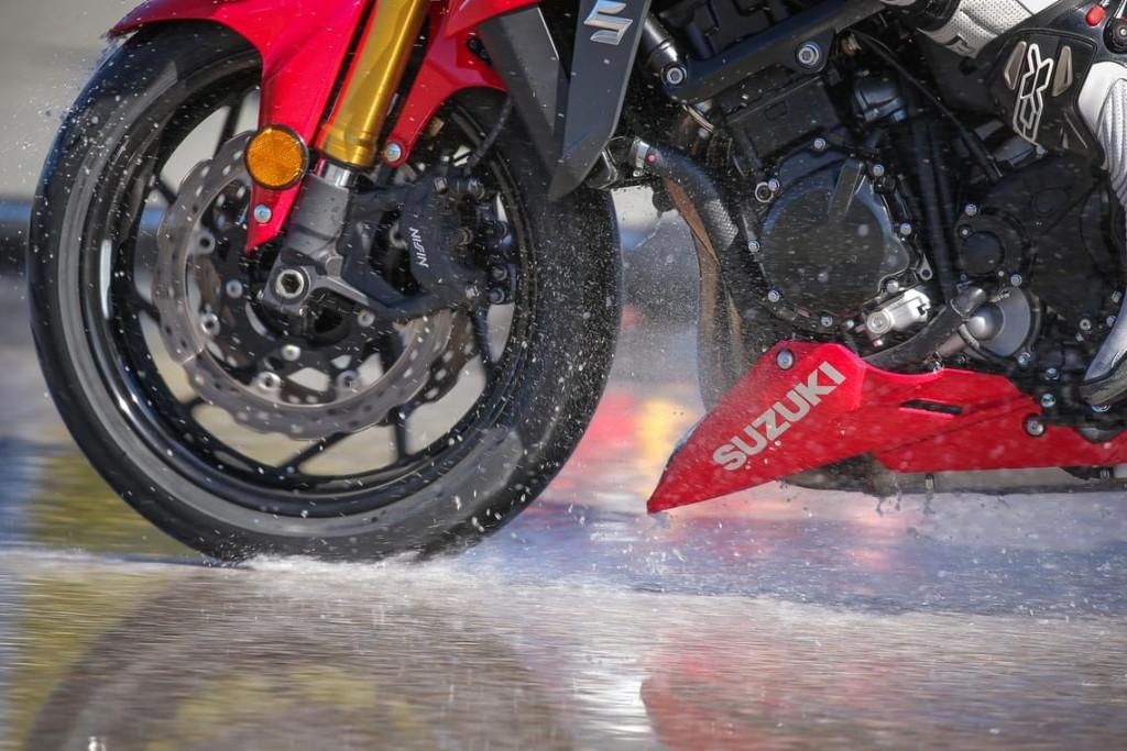 Что заставляет протектор шины мотоцикла цепляться за дорогу? Cоветы по выбору шин